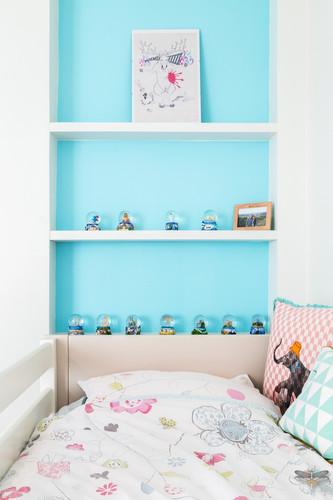 Décoration d'une chambre d'enfant pour une fille adolescente à Paris par Carnets Libellule. Coralie Vasseur est votre Décoratrice d'intérieur UFDI à Compiegne et Paris : niche murale bleu turquoise
