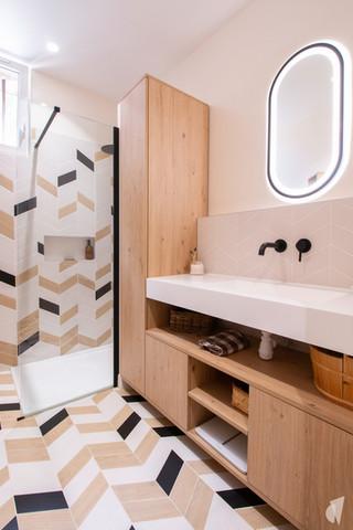 Rénovation et décoration d'une salle d'eau graphique à Annecy, par le Studio Coralie Vasseur. Coralie Vasseur est votre architecte d'intérieur et décoratrice UFDI à Annecy, Genève et en Haute Savoie : vue d'ensemble sur la salle d'eau et son design sur mesure en bois