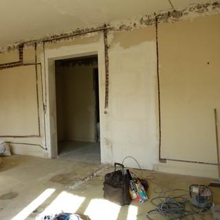 Photo pendant travaux de rénovation et décoration du salon dans l'appartement Haussmannien, décoré par Coralie Vasseur, votre décoratrice d'intérieur UFDI à Paris