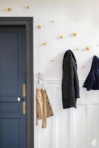 Rénovation et décoration d'une maison bourgeoise à Genève, par le Studio Coralie Vasseur. Coralie Vasseur est votre architecte d'intérieur et décoratrice UFDI à Annecy, Genève et en Haute Savoie : entrée chic avec patères the dots en laiton