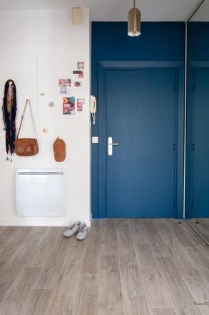 Décoration d'une pièce de vie chic et poétique à Compiègne par Carnets Libellule. Coralie Vasseur est votre Décoratrice d'intérieur UFDI dans l'Oise : détail sur l'entrée peinte en bleu et les accessoires en laiton