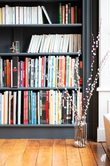 Aménagement et décoration d'une maison de maître à Annecy, par l'agence Coralie Vasseur. Coralie Vasseur est votre architecte d'intérieur et décoratrice UFDI à Annecy, Genève et en Haute Savoie : zoom sur la niche intégrée aménagée en bibliothèque