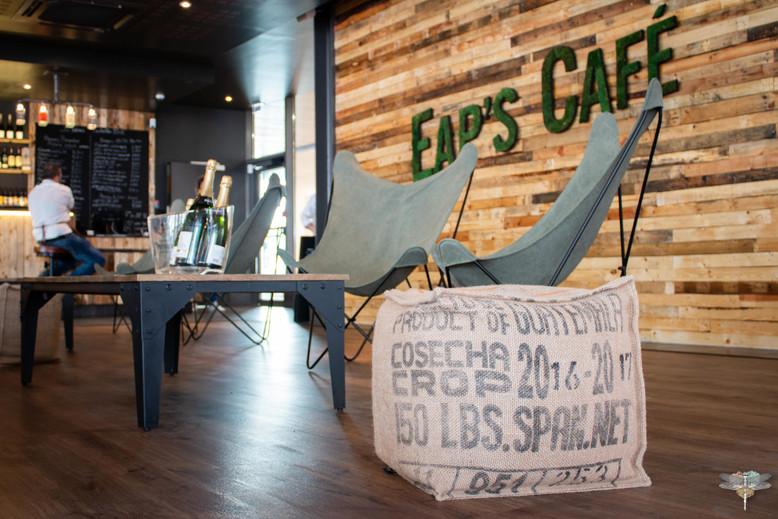 Agencement et décoration du restaurant industriel voyage EAP's CAFE par Carnets Libellule. Coralie Vasseur est votre Décoratrice d'intérieur UFDI à Compiegne : coin lounge, fauteuils butterfly camper et pouf en sac à café