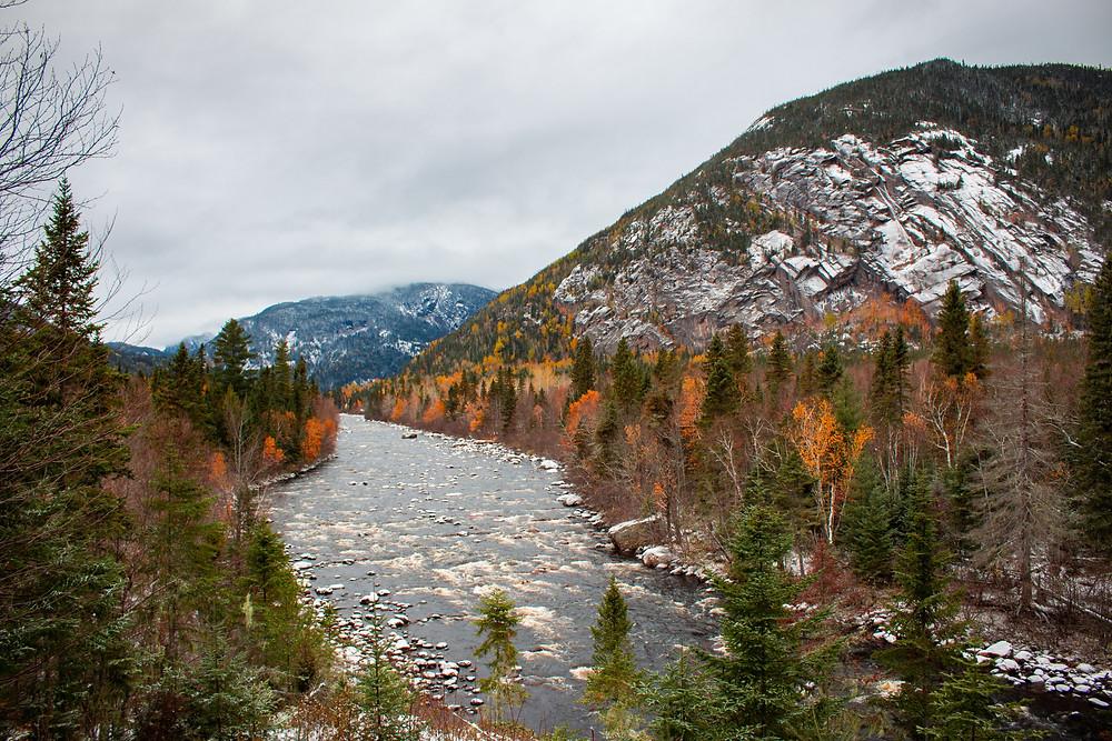 Paysage Canadien entre automne et hiver, dans le parc national de la Jacques Cartier, Quebec