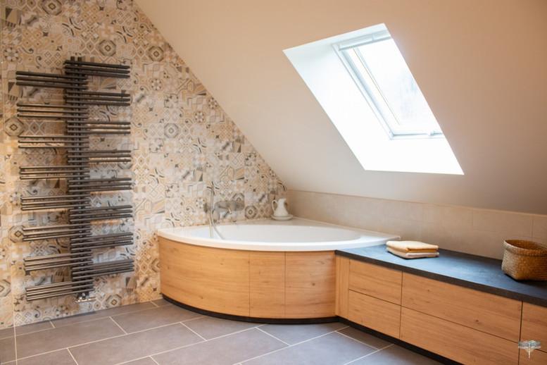 Agencement et décoration d'une salle de bains par Carnets Libellule. Coralie Vasseur est votre Décoratrice d'intérieur UFDI à Compiegne : vue d'ensemble d'une grande salle de bains sur-mesure avec douche, baignoire, s et plan vasque