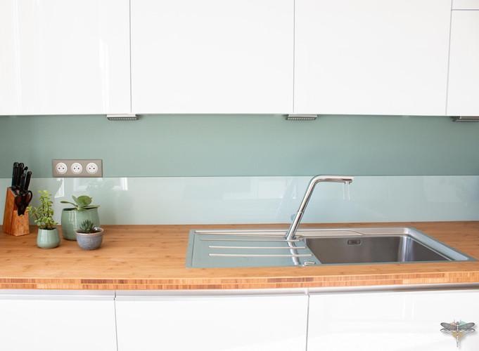 Agencement et décoration d'une cuisine moderne à Senlis dans l'Oise par Carnets Libellule. Coralie Vasseur est votre Décoratrice d'intérieur UFDI à Compiegne : plan de travail en bois, évier inox et crédence en verre