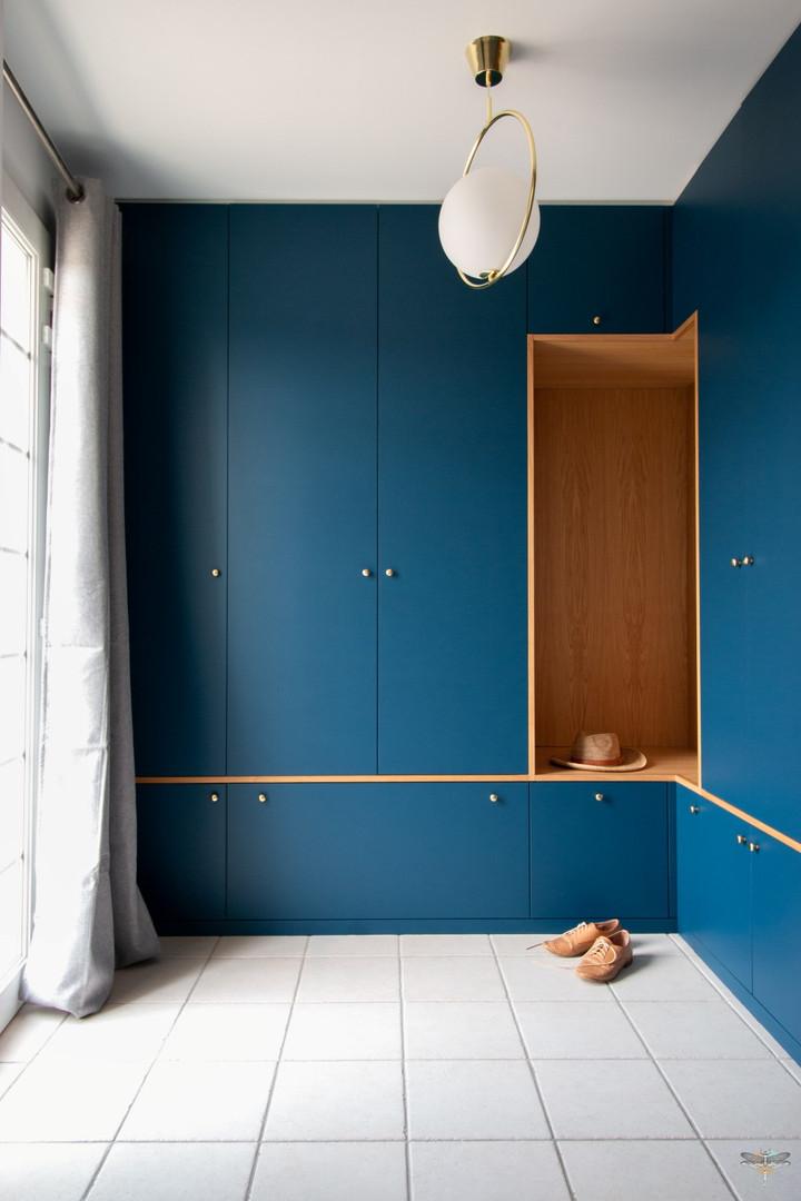 Agencement et décoration d'une entrée par Carnets Libellule. Coralie Vasseur est votre Décoratrice d'intérieur UFDI à Compiegne : design et création d'un dressing sur-mesure avec niche en bois massif