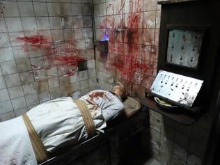 Décor cadavre sur table d'opération