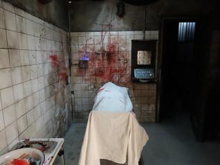 Décor cadavre sur table d'opération 2