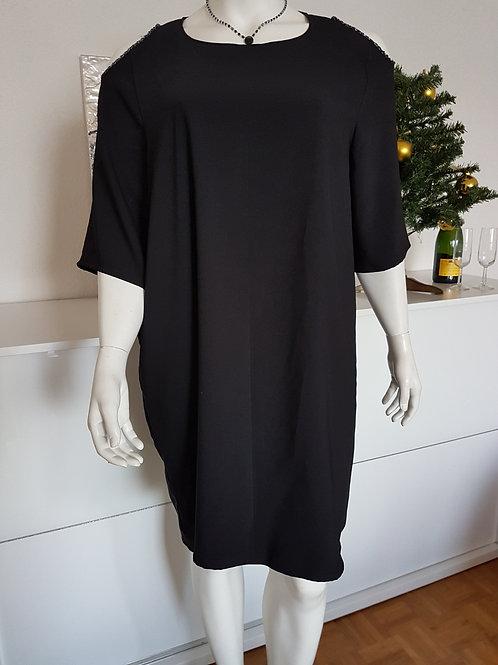 Robe noire épaule nues
