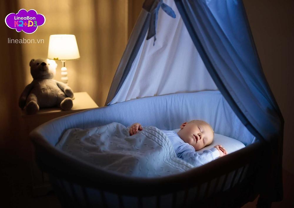 Mẹ nên bật đèn ngủ ánh sáng nhẹ để trẻ ngủ ngon