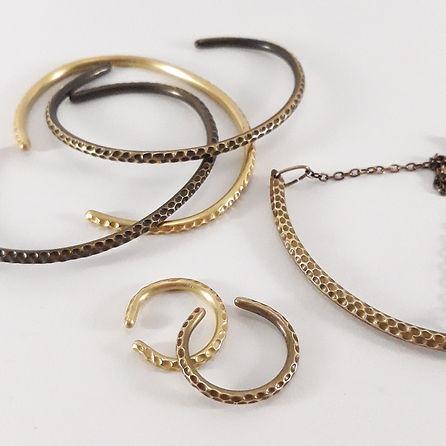 Collection de bijoux Erode, bague et joncs en laiton sculpté et patiné ou poli