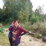 Sari ja Tuula Luontokeskuksen nuotiolla