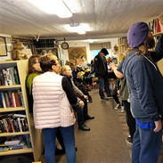 Kirjaston perustaja Leena Etu-Seppälä esittelee kirjastoa kirjailijoille