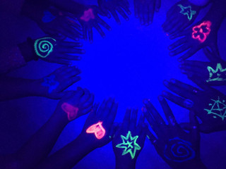 "Clase ""Radiant Yoga"": Luz ultravioleta para Halloween"