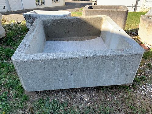 Quadratischer Betonbrunnen