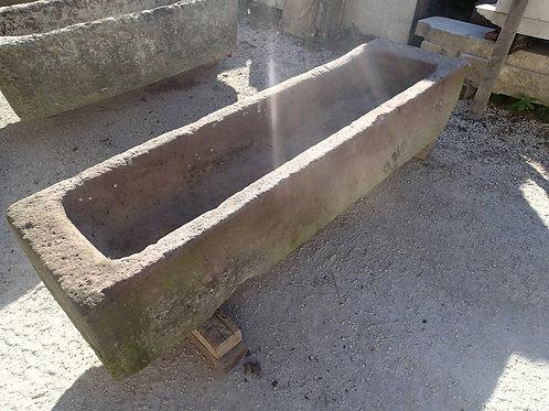 Längliches, rechteckiges Brunnenbecken