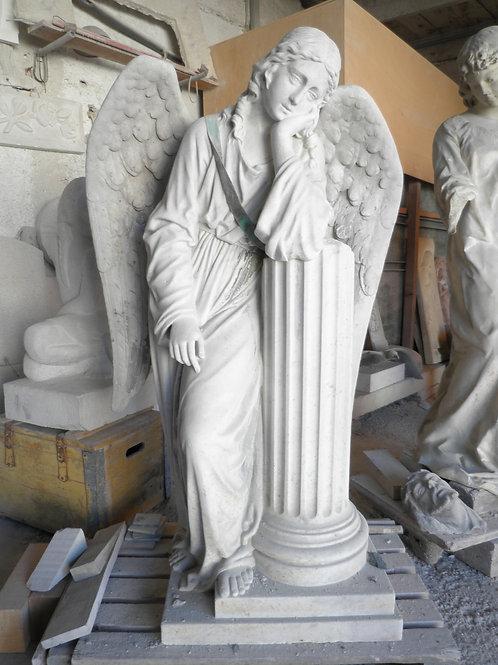 Engel an Säule