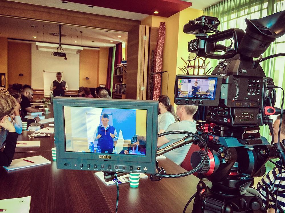 External monitor on set