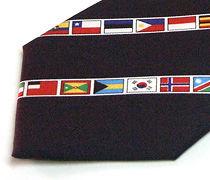 国旗柄のプリントネクタイのアップ