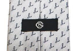 黒地に一色の刺繍を施した織りネーム