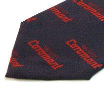 ロゴ入りのジャガードネクタイのアップ