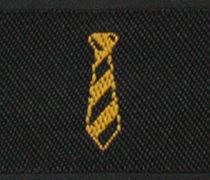 黄色いロゴ刺繍の織りネームのアップ