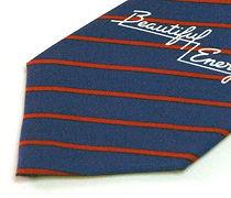 ロゴ入りのストライプ柄のネクタイのアップ