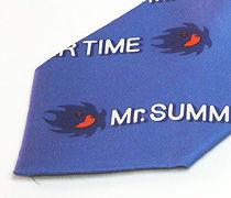 Mr.SUMMER TIMEのロゴ入りのプリントネクタイのアップ