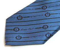 ブルーのクラブ用のジャガードネクタイのアップ
