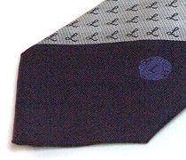 ロゴポイント柄入りのツートンのクラブ用のジャガードネクタイのアップ