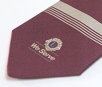 太縞と細縞のクラブ用のジャガードネクタイのアップ