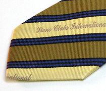 ベージュとカーキの太縞のジャガードネクタイのアップ