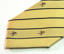 クラブマーク入りのストライプ柄のクラブ用のジャガードネクタイのアップ