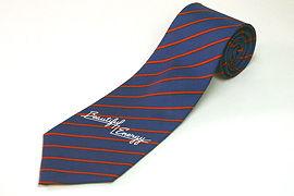 ロゴ入りのストライプ柄のネクタイ
