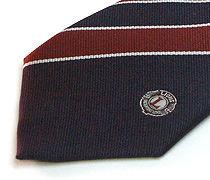 太めのストライプ柄のクラブ用のジャガードネクタイのアップ
