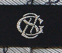 黒地に一色の刺繍を施した織りネームのアップ