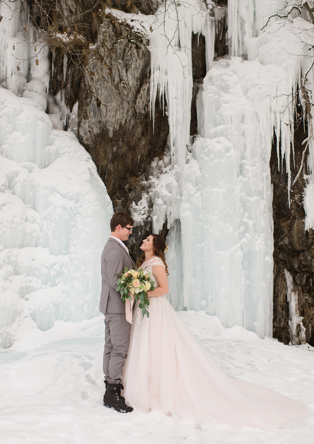 Simple and scenic ceremony in nature with high quality photographer