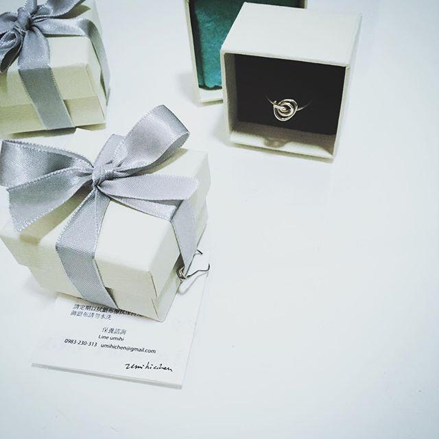 環保考量因此儘量減少包裝材料;如果需要禮品包裝,是小白盒搭配銀色緞帶,作品保證卡