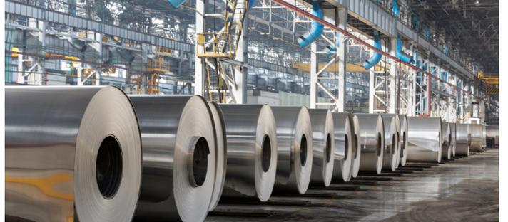 Inventários de metais se acumulam em fábricas, fundições