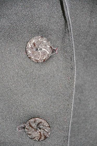 une boutonnière bien faite, c'est bien; des boutons qui tiennent , c'est mieux, s'ils sont originaux, c'est parfait !