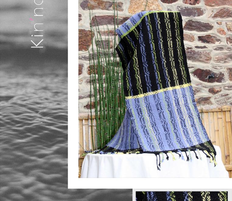 écharpe bleue et  noire à rayures vertic