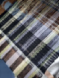 tissage artisanal sur un métier à bras, tissage de matières nobles comme la laine, l'alpage, la soie , le lin et  le chanvre. Toutes les matières sont d'origine française, la soie vient d'Inde