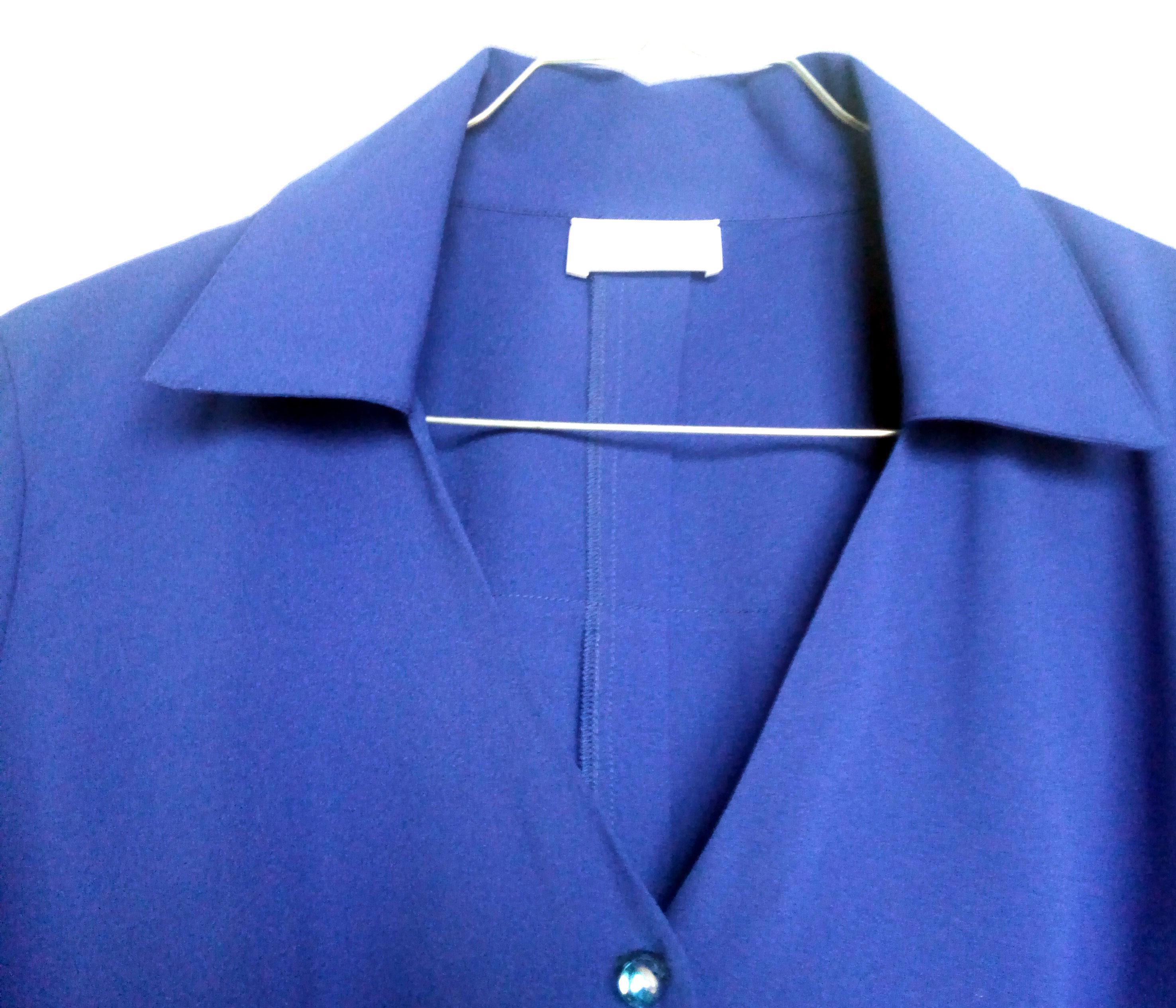 un col en v chic avec ou sans veste