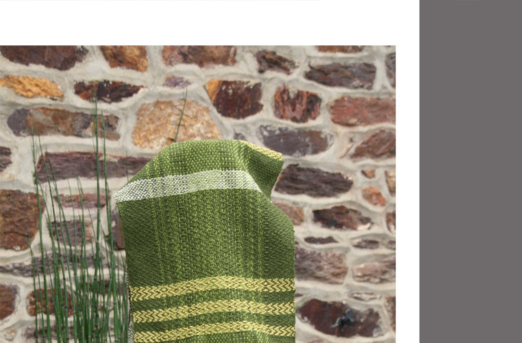 écharpe à rayures dominante  verte avec