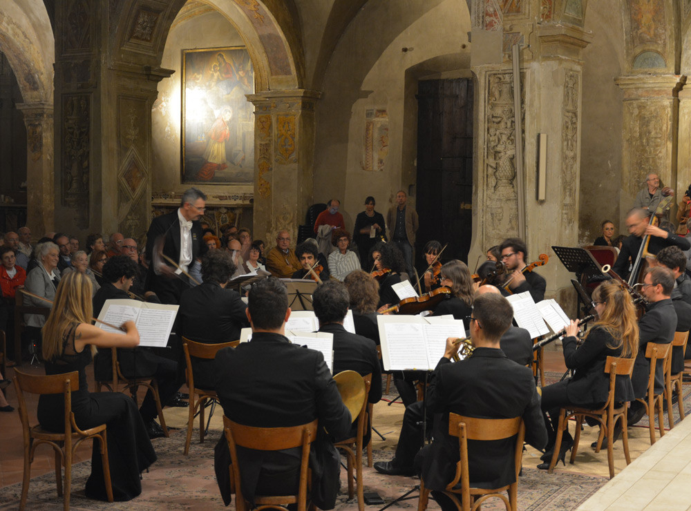 Dario Salvi conducts a performance of La Serva Padrona with Al Chiaro di Luna in 2016.