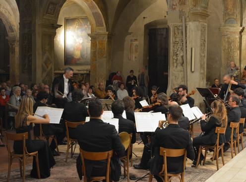 Dario Salvi conducts a performance of La Serva Padrona with Al Chiaro di Luna in 2016.