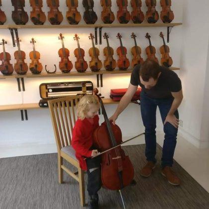 Klo 14.00 How Violins -viulukaupan ja Gallery Fast Creativen Flower Power -tilaisuus