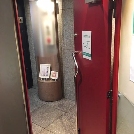 出入口ドアの開閉で、定時による換気を行っております。
