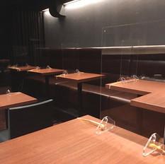 皆さまにご心配なく快適にお過ごしいただく為、お席は適度な距離を取りつつ、アクリル板を設置しております。